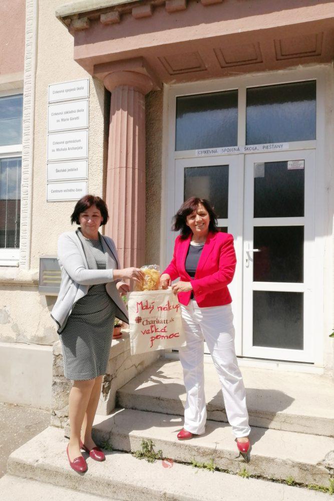 Riaditeľka Spojenej cirkevnej školy Helena Križanová (vpravo) preberá zbierku Malý nákup veľká pomoc od kolegyne Anny Zálešákovej zo Strednej odbornej školy obchodu aslužieb.