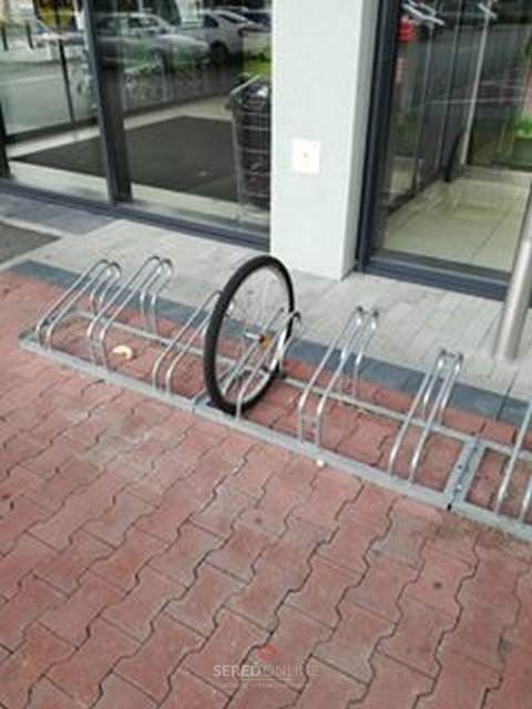 obr. 2B - nebezpečné je zamykanie len o koleso. Zlodej vie demontovať koleso a ukradne bicykel bez kolesa