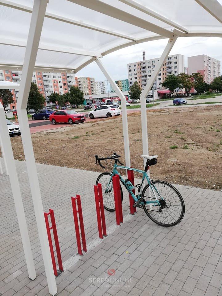 Nové cyklostojany pri kostole. Odporúčané je zamykanie o rám bicykla